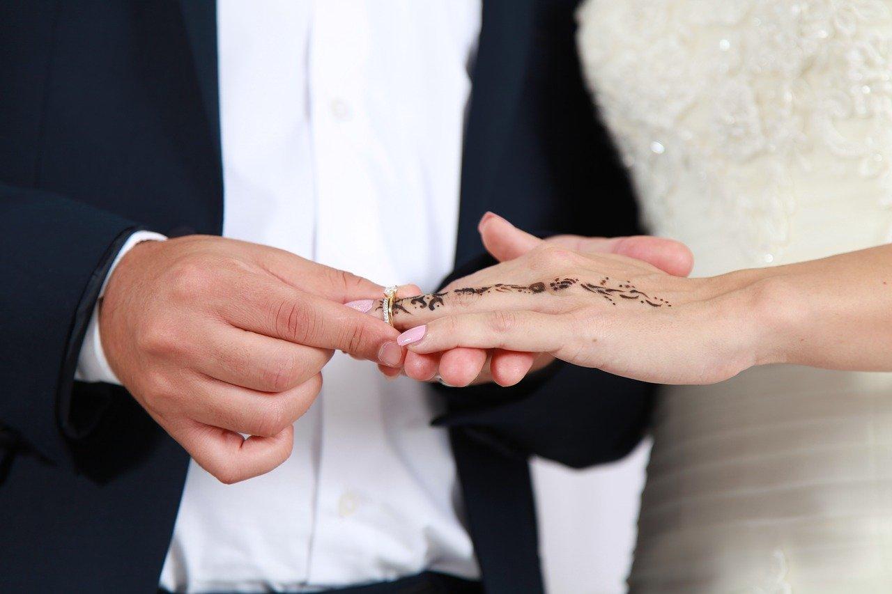 alliance et bague de fiançailles